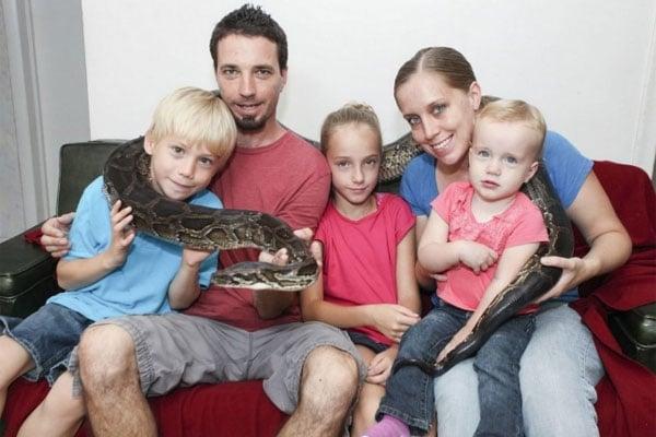 Menina de nove anos apaixonada por cobras vive com sucuri dentro de seu quarto  nos EUA