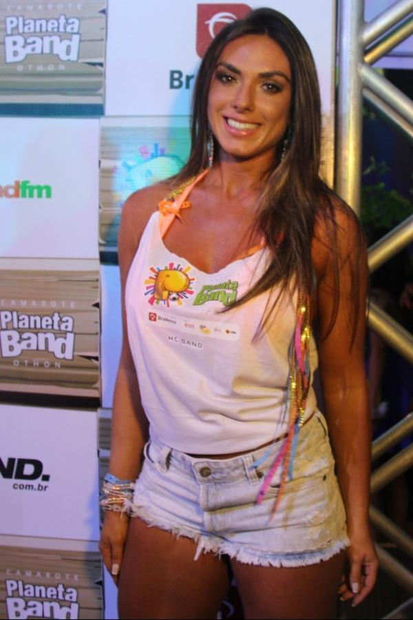 Nicole Bahls vai de shortinho jeans desfiado ao carnaval baiano