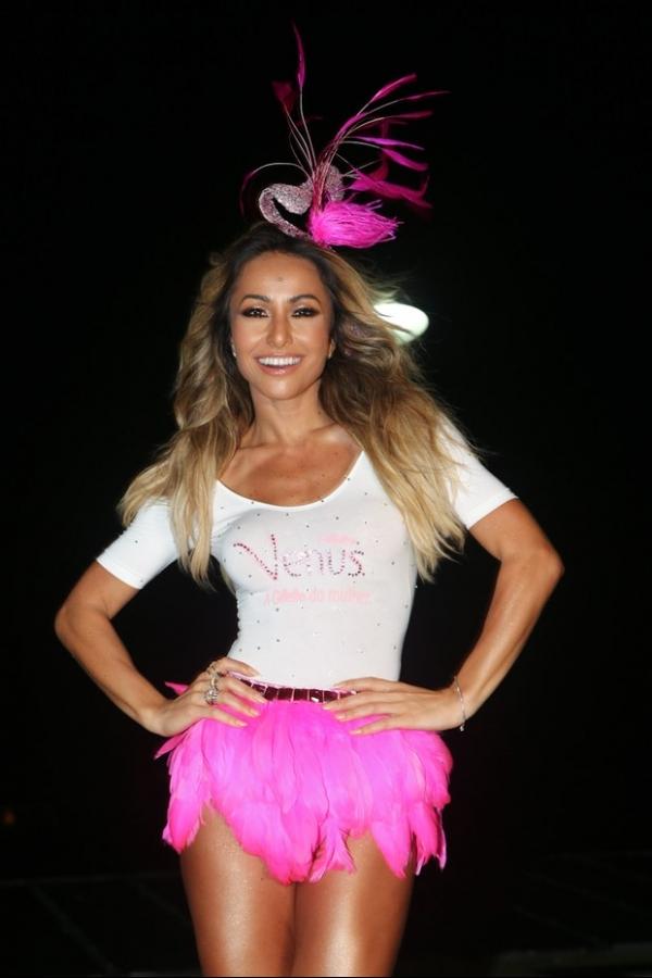 Sabrina Sato mostra pernões sarados no carnaval de Salvador