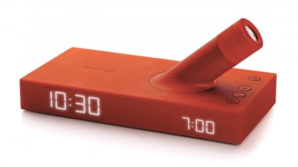 Um relógio com projetor que se ajusta automaticamente à iluminação da sala