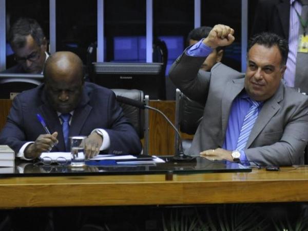Ao lado de Barbosa, vice da Câmara faz gesto de condenados do mensalão