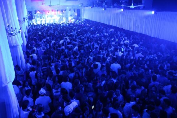 Baile Azul e Branco bate recorde de p炻lico nas pr騅ias de Carnaval do Iate Clube de Teresina