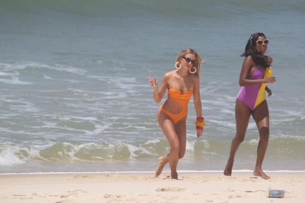 De maiô, Fiorella Mattheis grava na praia com Diogo Nogueira