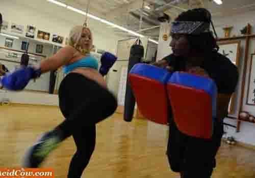 Lutadora pratica kickboxing durante a gravidez para o bebê já nascer forte