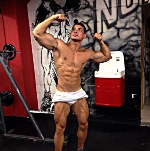 Noivo de Juju Salimeni posa de short e exibe músculos