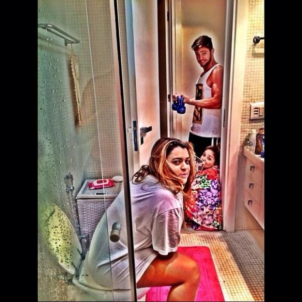 Oi?! Preta Gil posta foto em que aparece no banheiro com o noivo