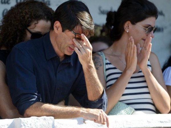 Sob aplausos de artistas, corpo do cineasta Eduardo Coutinho é enterrado no Rio de Janeiro