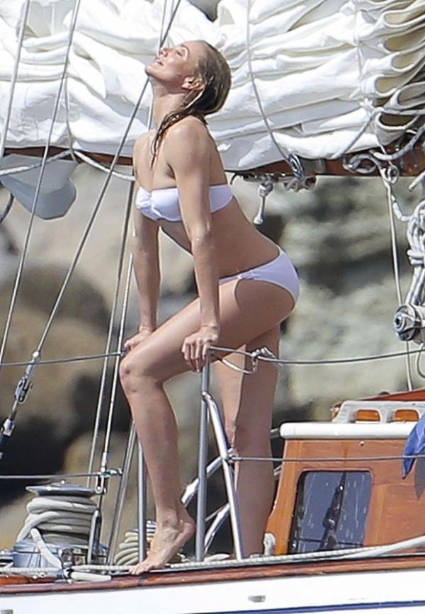 Aos 41 anos, Cameron Diaz exibe boa forma de biqu匤i em barco