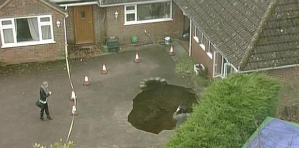 Buraco de 9 m se abre no chão e engole carro na Grã-Bretanha