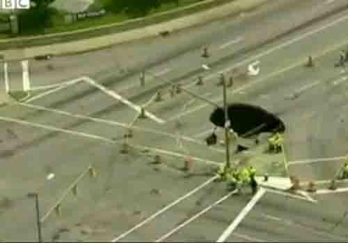 Buraco de 9 m se abre no chão e engole um carro na Grã-Bretanha