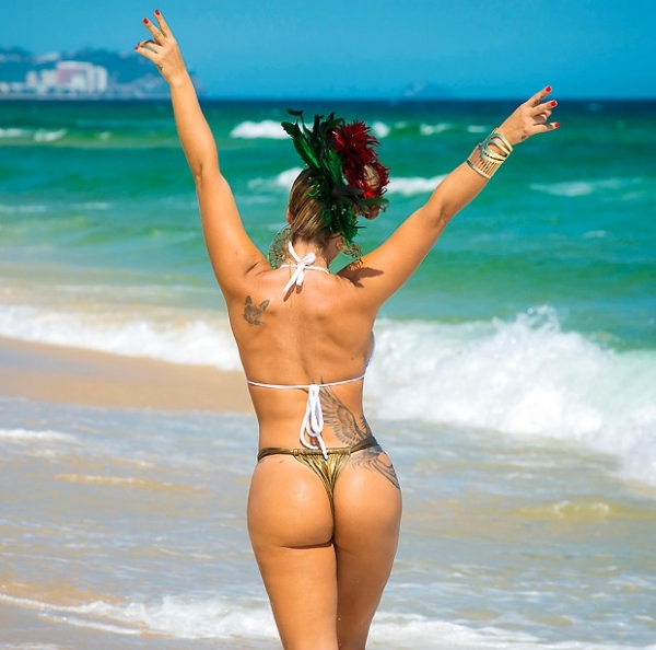 Denise Rocha posa na praia com visual inusitado: ?Gosto de fazer sexo todos os dias?