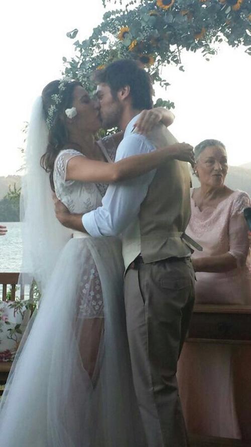 Gisele Itiê se casa com ator Emílio Dantas em cerimônia na em praia