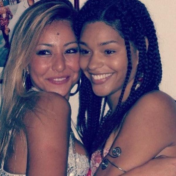 Juliana Alves posta foto com Sabrina Sato na época do