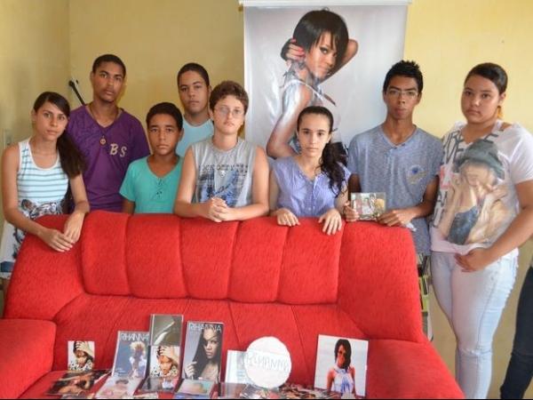 Produção de Rihanna oferece ajuda à família de fã morto em Sergipe