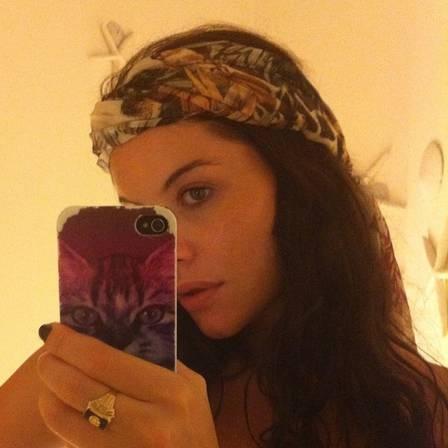 Alinne Moraes exibe barriguinha de gravidez em foto de biquíni