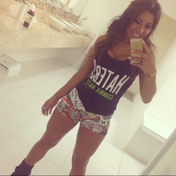 De shortinho, namorada de Thammy Miranda exibe pernas saradas