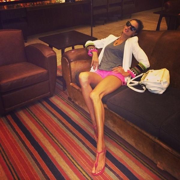 Alessandra Ambrosio exibe pernas superfinas e recebe críticas: