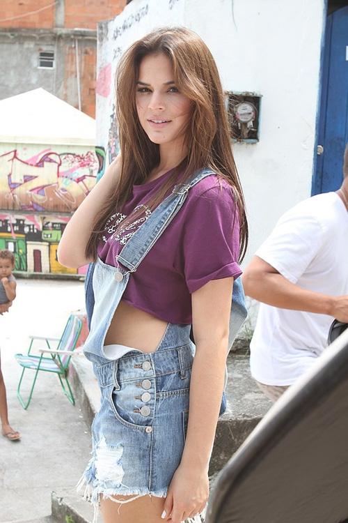 Bruna Marquezine posa de shortinho curto em nova campanha de moda