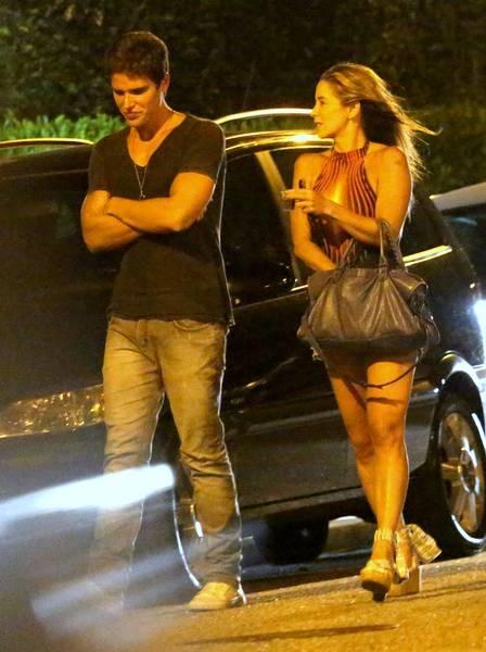Danielle Winits e Jonatas Faro discutem em frente ao colégio do filho do ex-casal, Guy