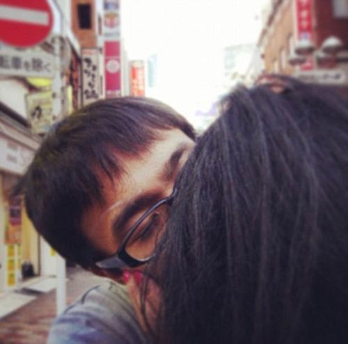 Jovem faz sucesso na internet ensinando como fingir ter namorada para amigos nas redes sociais