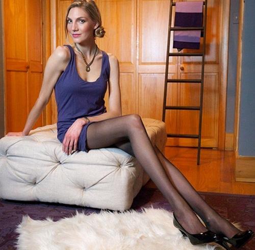 Modelo com as pernas mais compridas dos Estados Unidos sofre para encontrar roupas e um novo amor