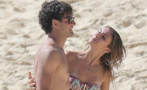 Namorada de Alexandre Pato é xingada por fãs do jogador e fica nervosa
