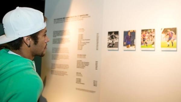 Neymar visita o Museu do Barcelona e se empolga com outros brasileiros