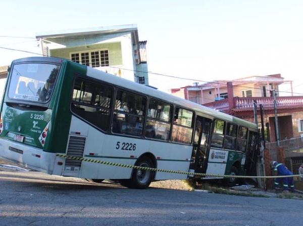 ヤnibus desgovernado invade casas na zona leste de S縊 Paulo