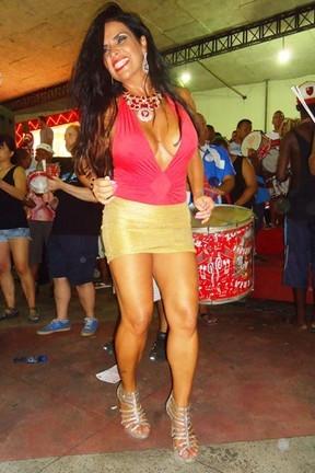 Solange Gomes capricha no decote e exibe fartura durante noite de samba