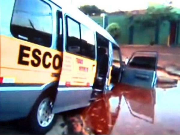 Van que transportava crianças é engolida por cratera em Sertãozinho