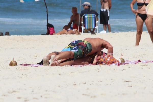 Yasmin Brunet troca carícias com marido em dia de praia