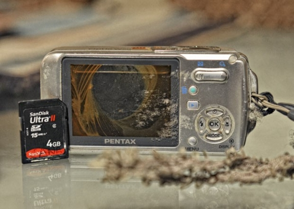 Americano pesca câmera fotográfica em lago e consegue devolvê-la à dona