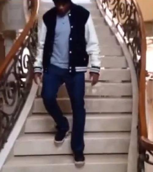 Anderson Silva desce as escadas sem muletas de sua mans縊 em Los Angeles
