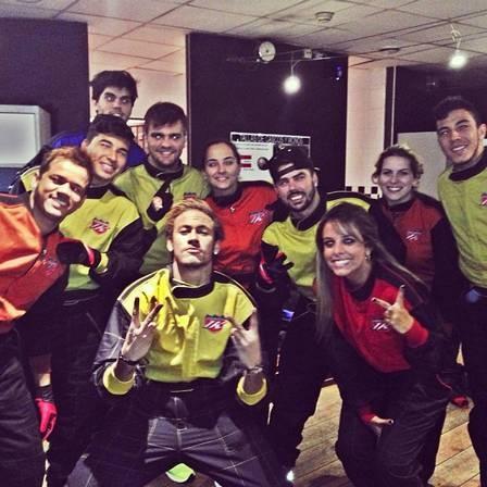 Bruna Marquezine vai à festa com vestido comportado, enquanto Neymar se diverte com os amigos em Barcelona