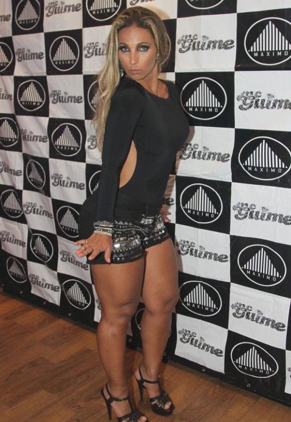 De shortinho, Valesca Popozuda faz caras e bocas ao participar de show em SP