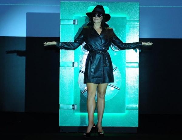 Deborah Secco e Paloma Bernardi mostram novos looks em evento