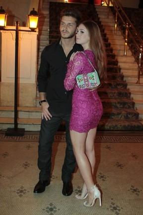 Marina Ruy Barbosa atrai olhares com vestido rendado e bolsa de R$ 1.500