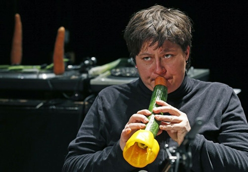 Orquestra faz apresentação com instrumentos feitos com vegetais