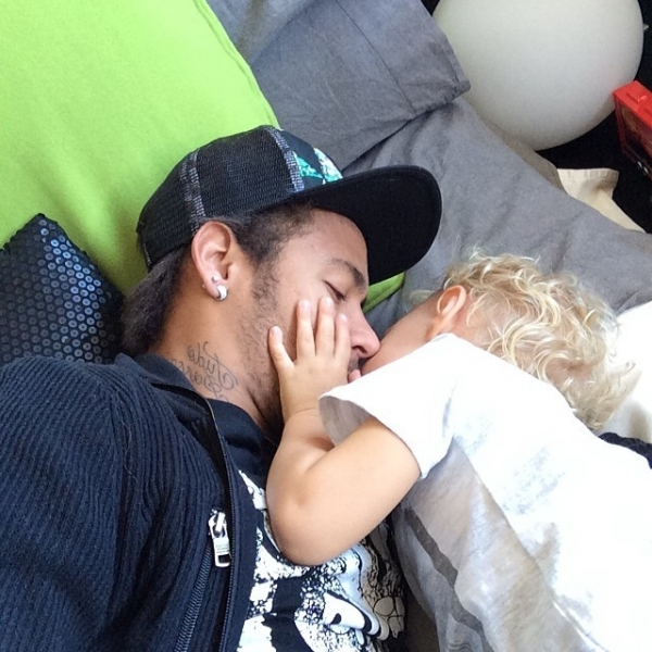 Afastado dos gramados, Neymar tem momento fofo e dá um