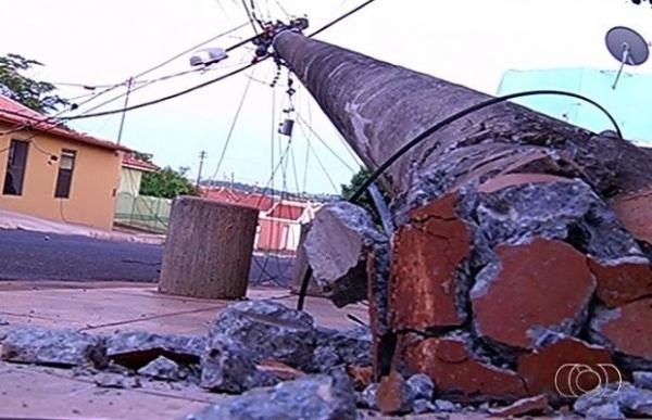 Caminhão arrebenta rede elétrica e derruba 20 postes de energia em GO