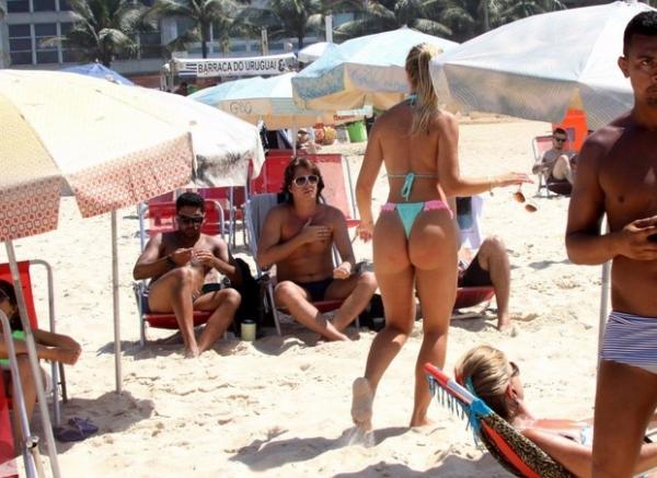 De biquininho, Veridiana Freitas coloca o bronzeado em dia