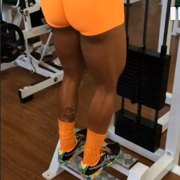 Gracyanne Barbosa empina o bumbum e levanta peso em academia
