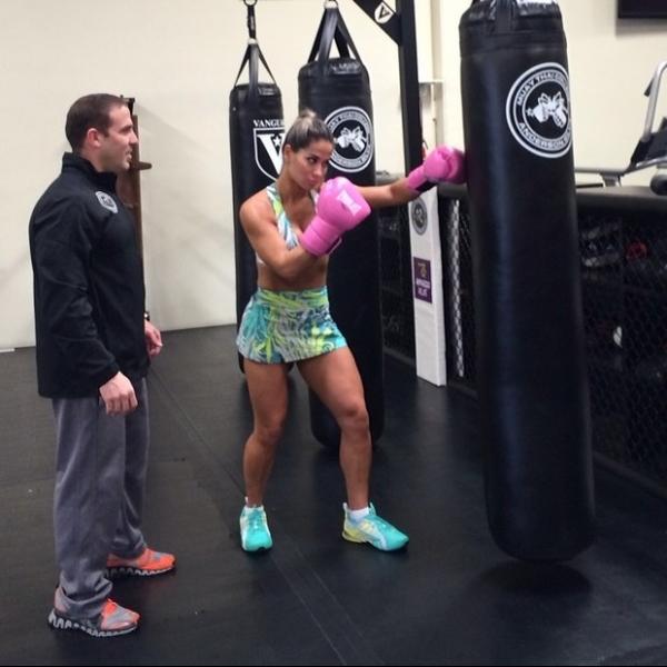 Mayra Cardi luta muay thai de sainha: