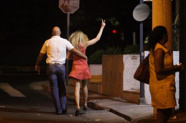 Ticiane Pinheiro deixa balada acompanhada