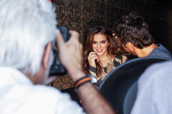 Com decote vertiginoso, Bruna Marquezine participa de campanha