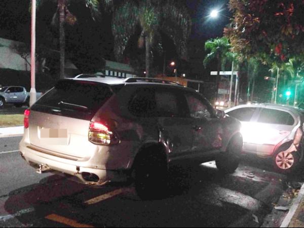 Homem bate Porsche, foge a p e liga para a pol兤ia para denunciar