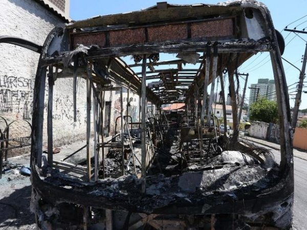 Moradores queimam ibus ap morte de adolescente