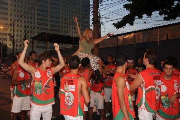 Susana Vieira entra carregada por integrantes da Grande Rio na Sapuca