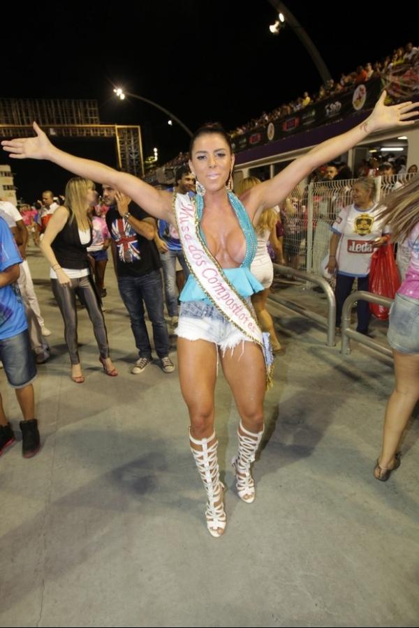 Thais Bianca usa protetor nos seios para não mostrar demais em ensaio