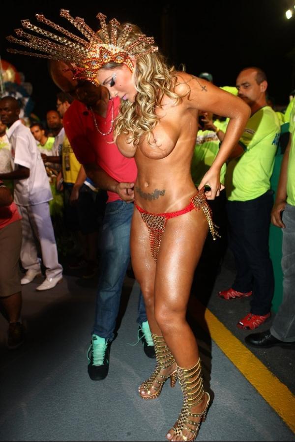 Andressa Urach usa apenas esparadrapo como tapa-sexo em SP